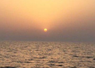 صورة غروب الشمس أثناء رحلة بحرية